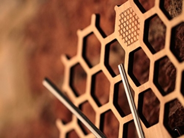 wanduhr-in-offener-bienenwaben-form-kreatives-und-modernes-design-aus-bambusholz-leise-ohne-ticken-sechseckig-mit-offenem-rand-5